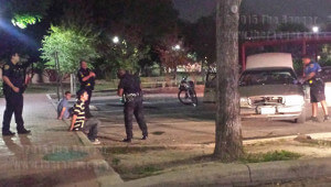 SAPD officer Johnson takes statements from two suspects of a hit-and-run car accident on the corner of San Pedro and West Park Wednesday night in Lot 21 of this campus. SAPD did not return calls from the Ranger this morning to release the names of the suspects.  Photo by Cynthia M. Herrera