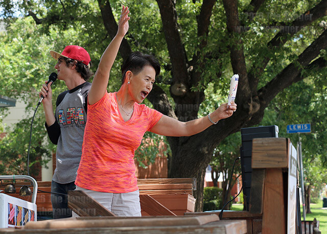 Former student Harumi Penkethman gives away El Paraiso paletas to passing students, families, faculty and staff Tuesday at the Church of Christ Student Center. To celebrate the first week of fall classes, volunteers at the center were giving away free paletas to passersby, and inside the center were free sausage wraps, green beans, salad and drinks. Photo by Alison Graef